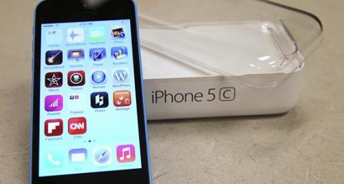 A new Apple iPhone 5C is on display at a Verizon store in Orem, Utah, in this file photo taken September 19, 2013.    REUTERS/George Frey/Files